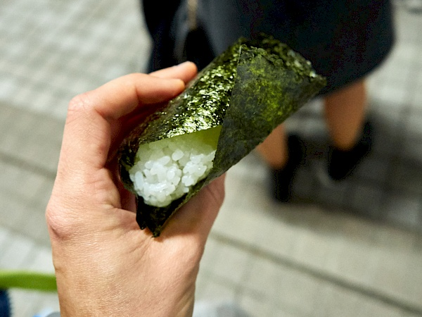 Dreieckiges Onigiri in Japan
